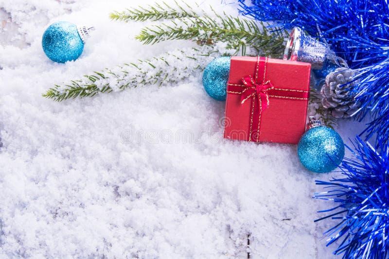 Röd gåvaask på snö/white trä royaltyfri fotografi