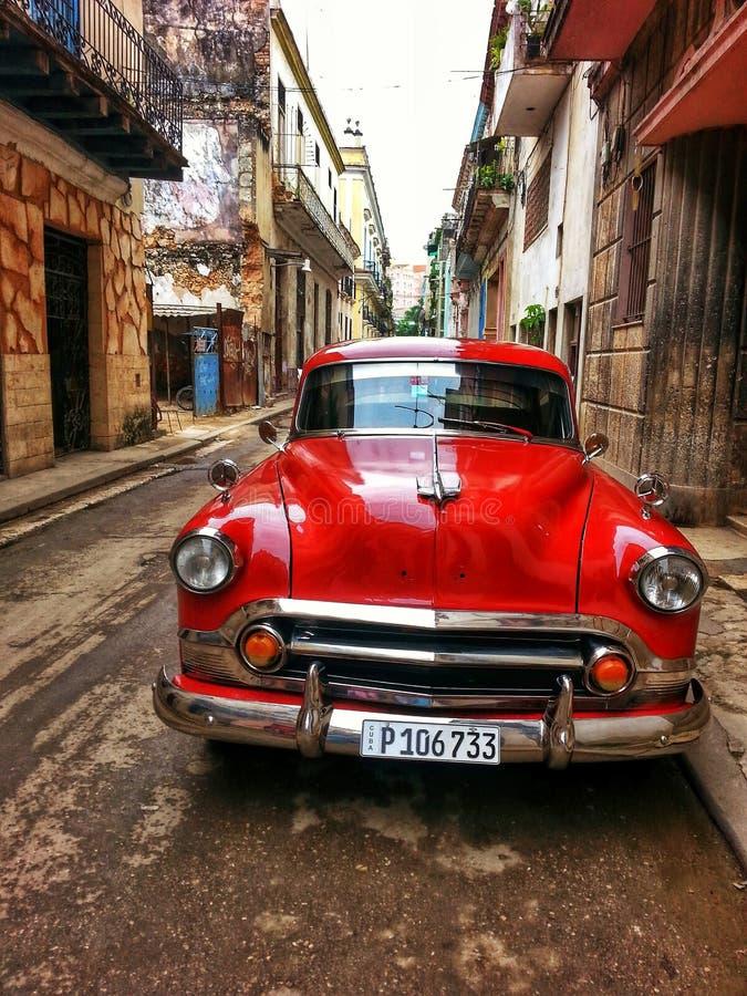 Röd gammal bil på havannacigarrgatan royaltyfri foto