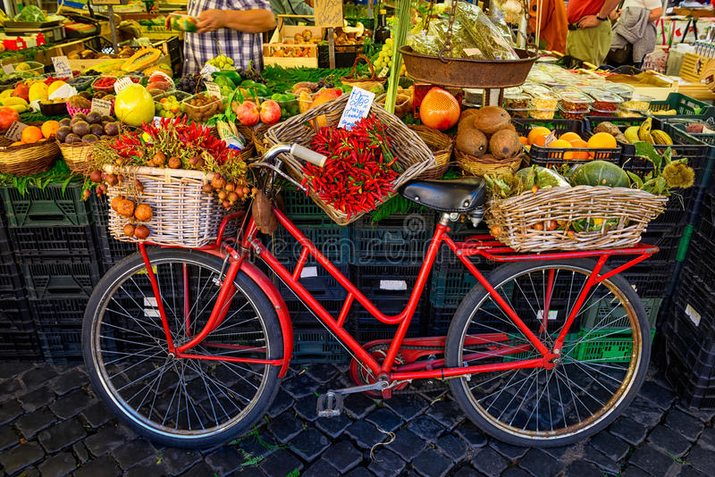 Röd gammal cykel i marknad på Campo di Fiori, Rome arkivfoto