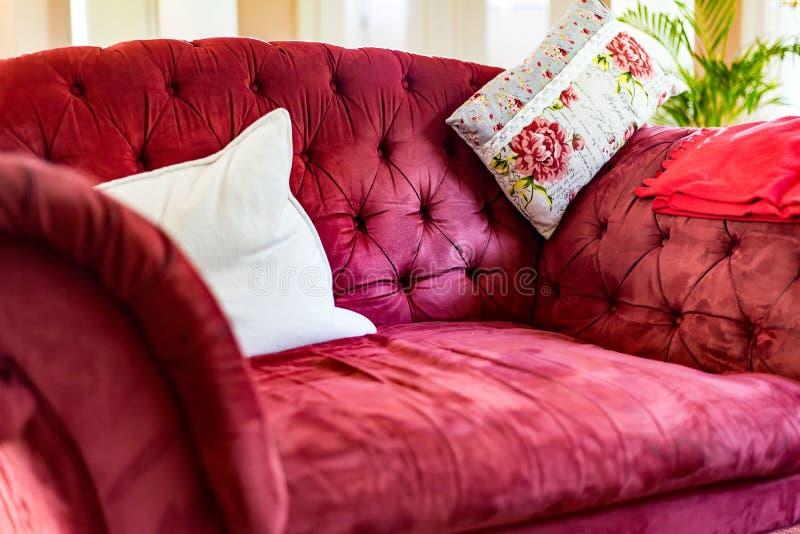Röd gammal soffa royaltyfri foto