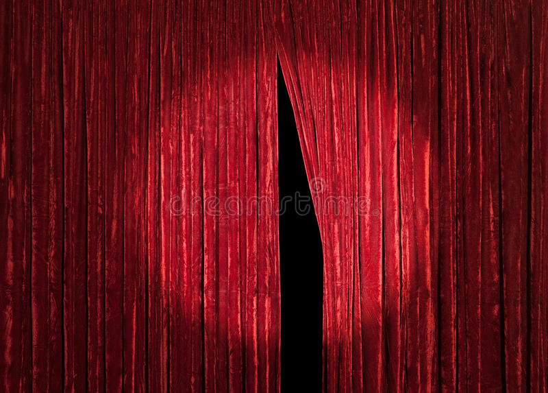 Röd gardin med tittöppning royaltyfria foton