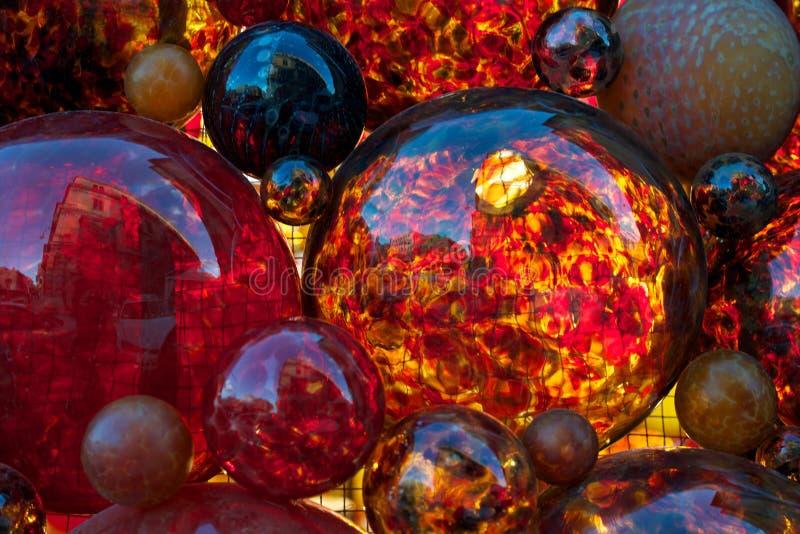 Röd garnering, rött exponeringsglas, juldekoren, röda exponeringsglasbubblor, fragmentet, röd färg, jul gör sammandrag, färgrik b royaltyfri fotografi