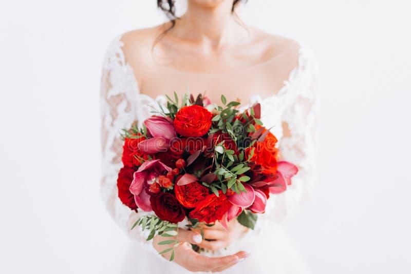 Röd gifta sig brud- bukett royaltyfria foton