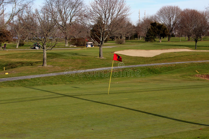 Röd golfflagga royaltyfria foton