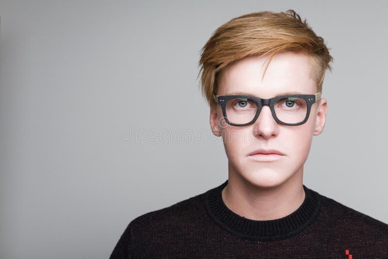 Röd-hår pojke i exponeringsglas arkivfoto