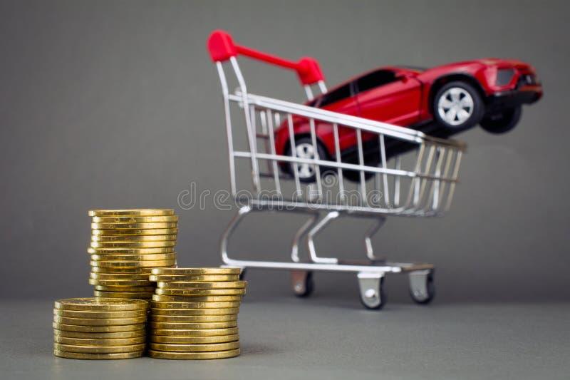 Röd hög för bilshoppingvagn av mynt royaltyfri bild