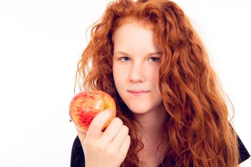 Röd haired flicka med äpplet royaltyfri bild