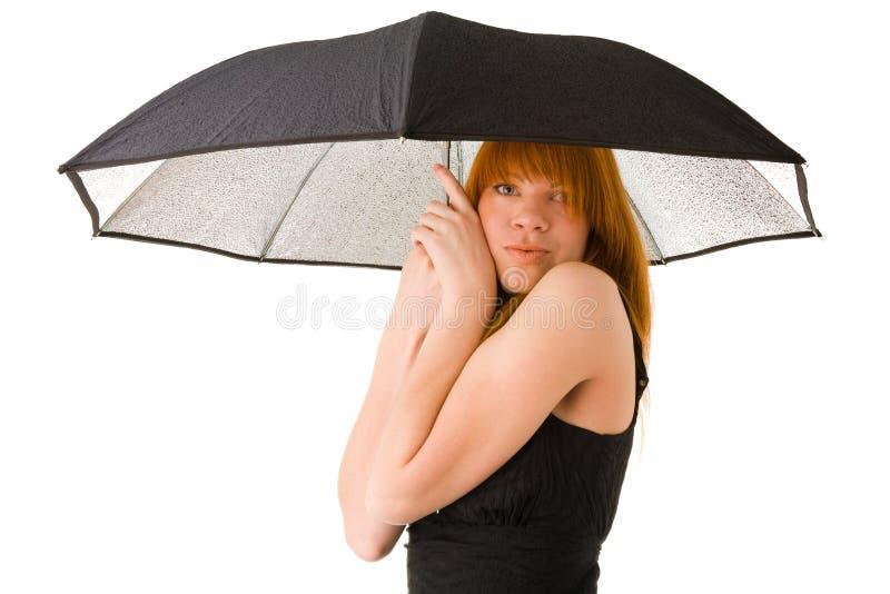 Röd haired kvinna i svart klänning med paraplyet royaltyfri bild