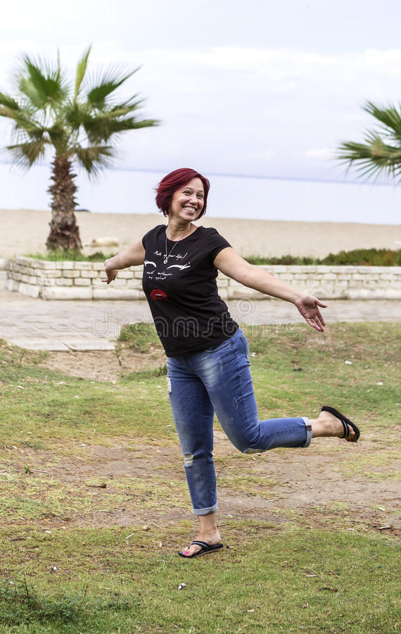 Röd haired kvinna som har gyckel arkivfoton