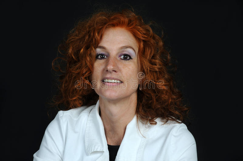 Röd haired mitt- åldrig kvinna fotografering för bildbyråer