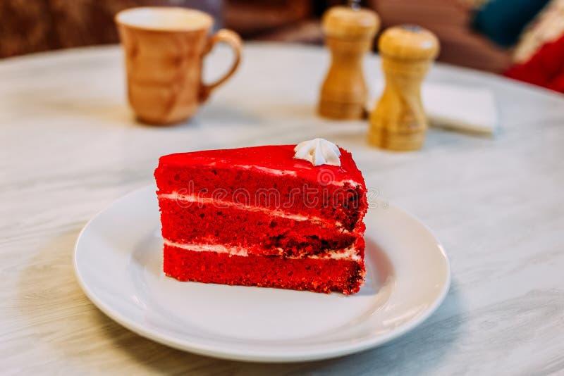 Röd hemlagad kaka för ljusbrunt bär på tabellen arkivbild