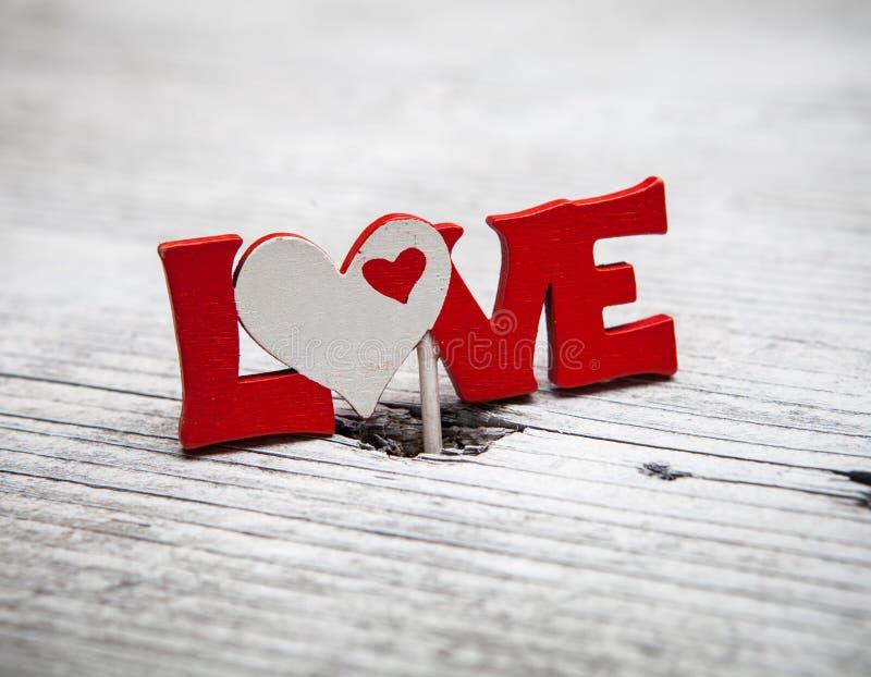 Röd hjärta för valentindag på gammal wood bakgrund royaltyfri fotografi