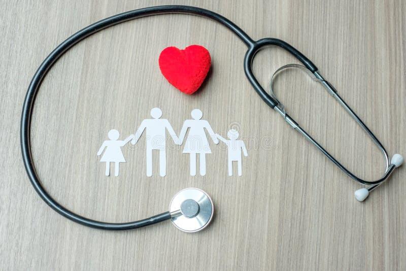 Röd hjärta, familj och stetoskop fotografering för bildbyråer