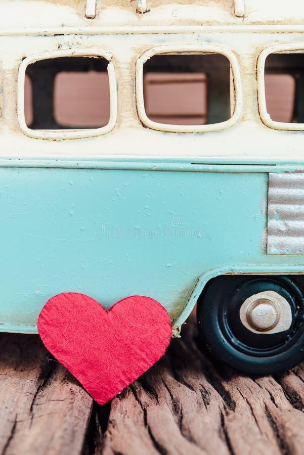Röd hjärta med delen av tappningblått skåpbil bakgrund på gammalt trä arkivbild