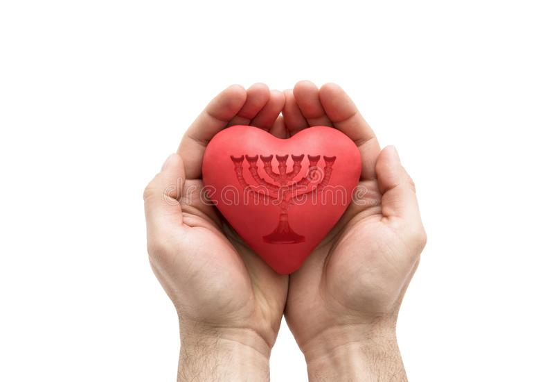 Röd hjärta med tryckte på menoror i händer för man` s arkivfoton