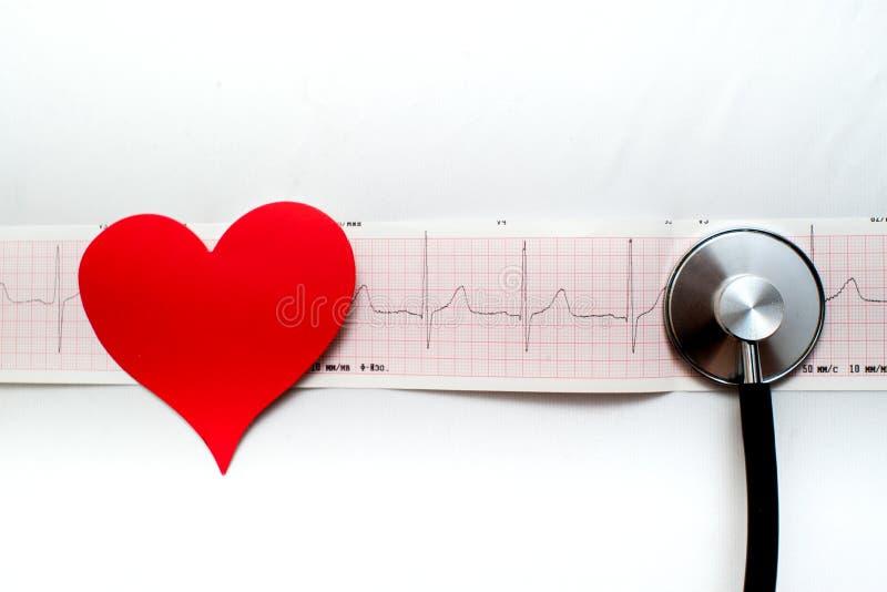 Röd hjärta och en stetoskop på skrivbordet arkivfoto