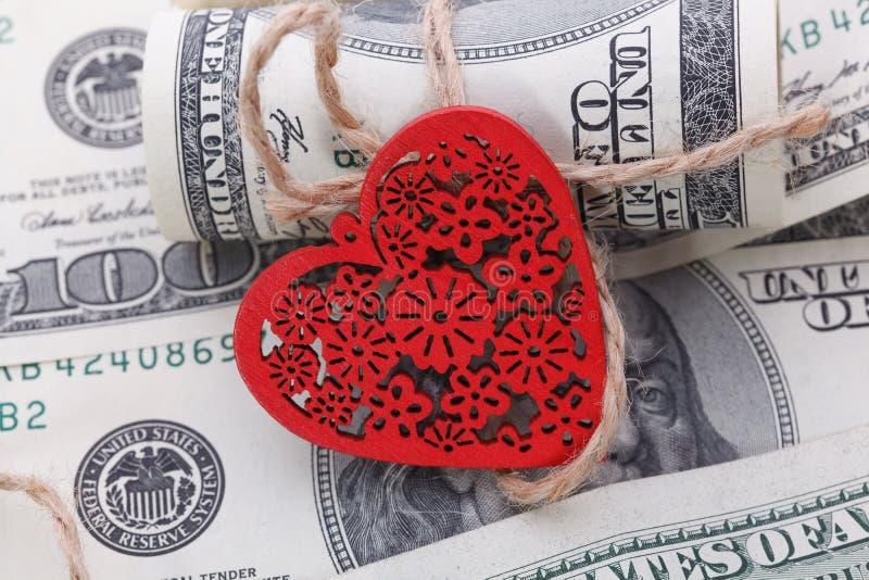 Röd hjärta och hundra dollarräkningar för bakgrund fotografering för bildbyråer