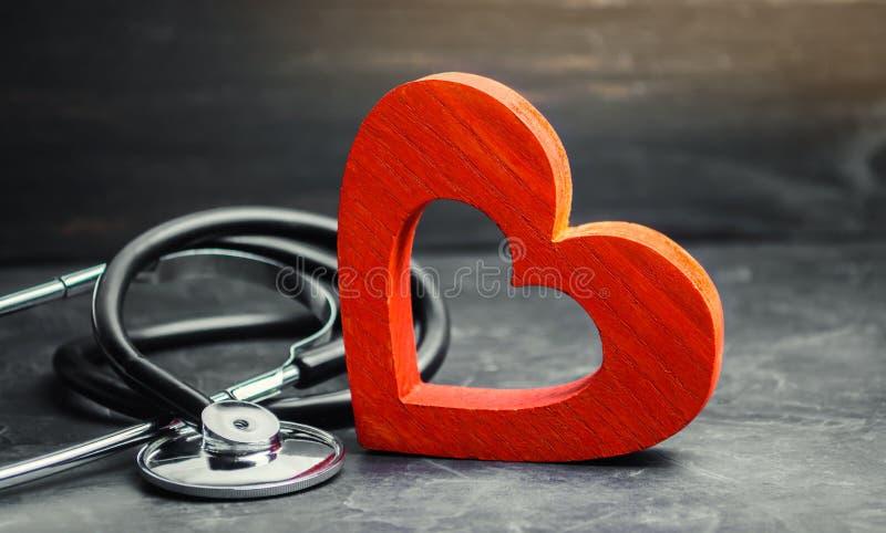 Röd hjärta och stetoskop Begreppet av medicin och sjukförsäkring, familj, liv ambulant Kardiologisjukvård royaltyfri fotografi