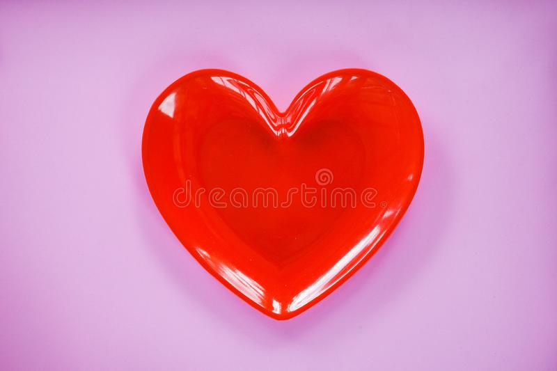 Röd hjärta på det rosa/för valentinmatställe romantiska för förälskelse begreppet - romantisk tabellinställning arkivfoton