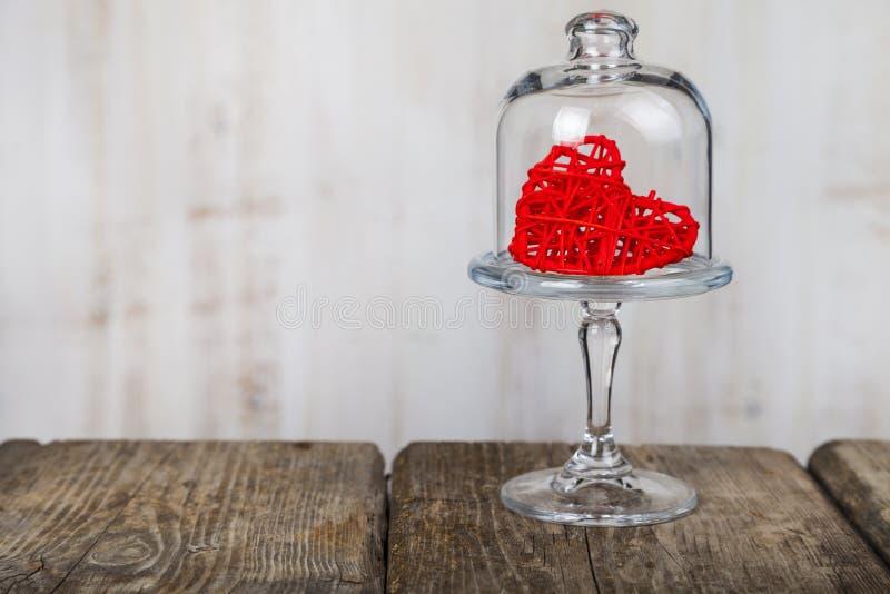 Röd hjärta på en glass maträtt arkivbilder