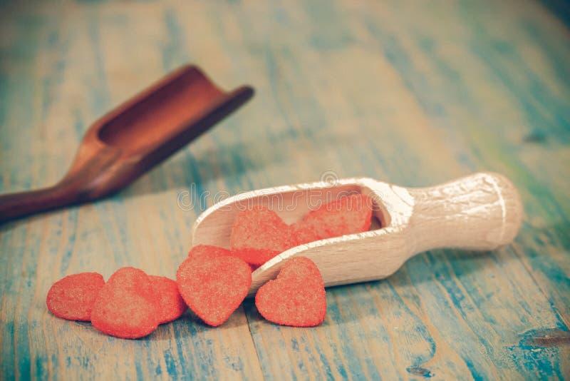 Röd hjärta på träskeden som symbol av förälskelse, royaltyfria foton