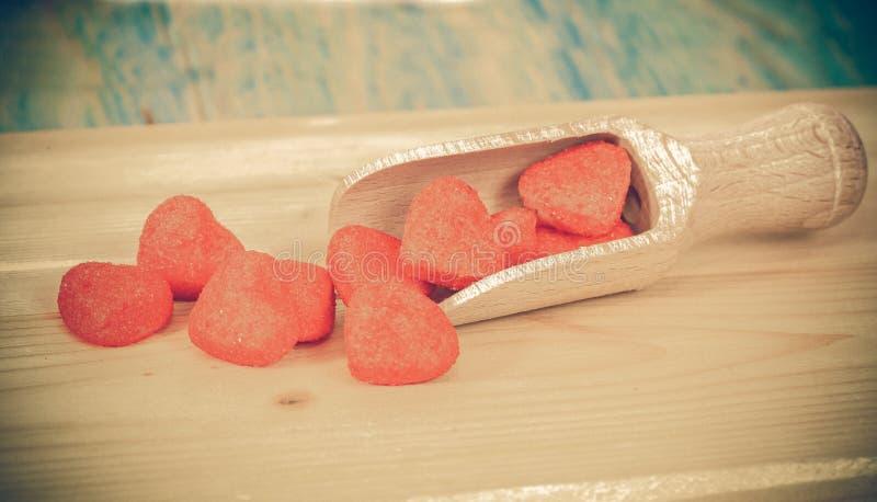 Röd hjärta på träskeden som symbol av förälskelse, arkivfoto