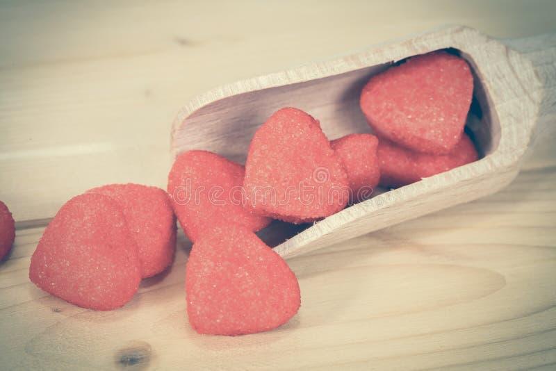 Röd hjärta på träskeden som symbol av förälskelse, royaltyfri fotografi