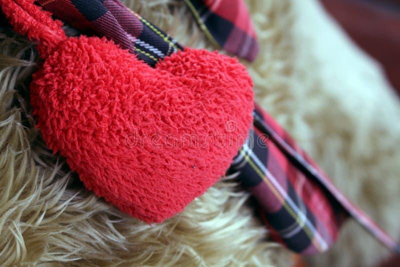 Röd hjärta på ullbakgrund fotografering för bildbyråer