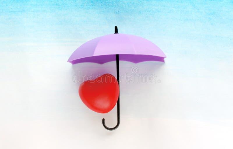 Röd hjärta under ett paraply royaltyfria foton