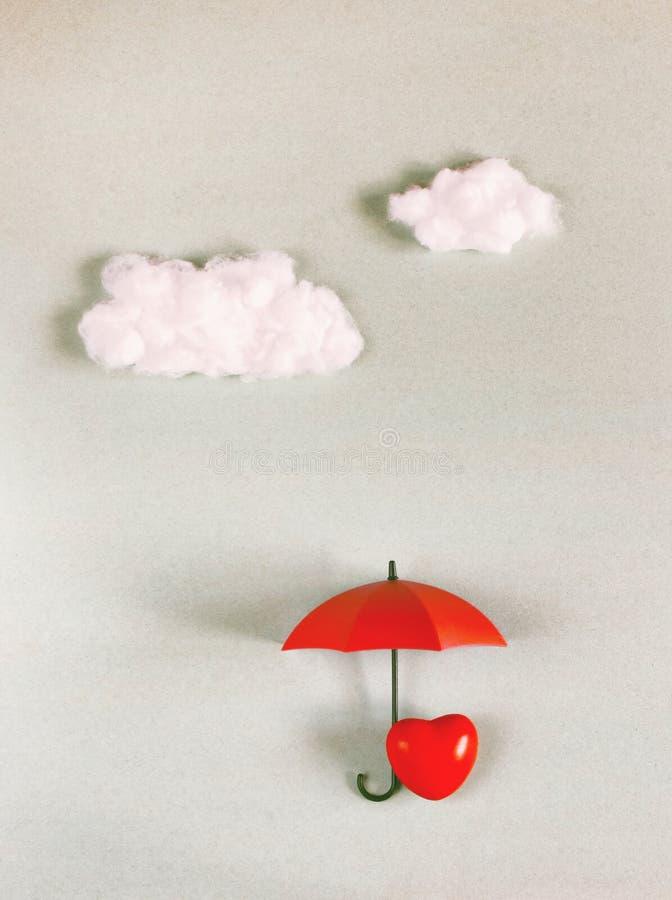 Röd hjärta under ett paraply arkivfoton