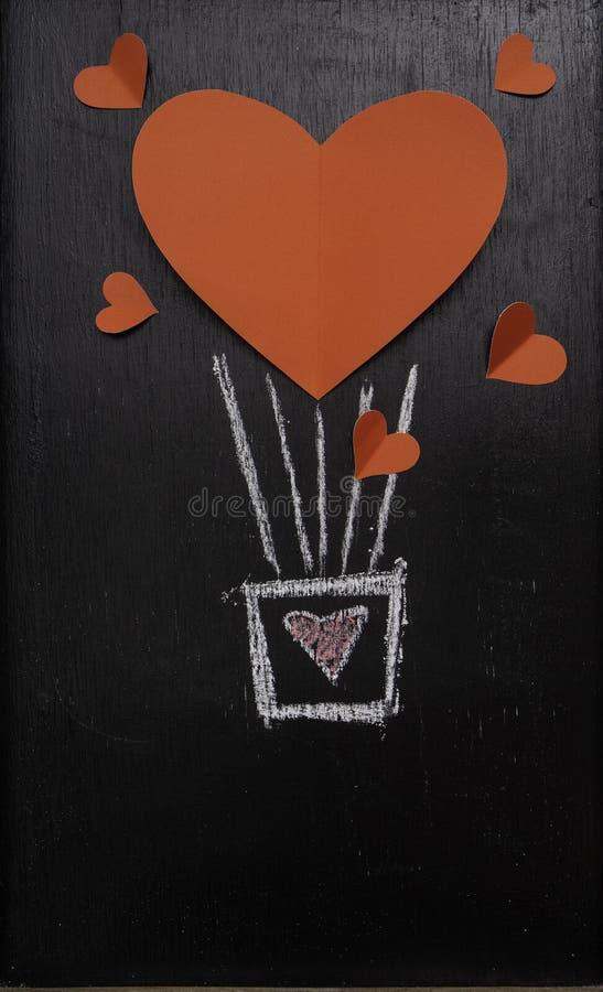 Röd hjärtaballong för valentindagsvart tavla royaltyfri fotografi