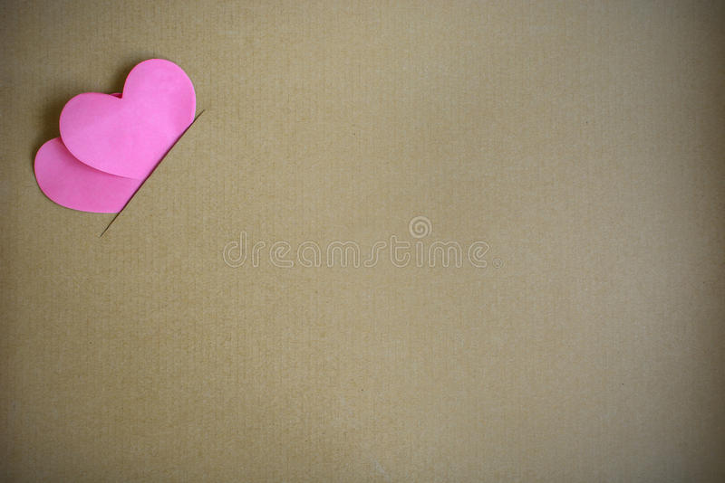 Röd hjärtaform med brun papp fotografering för bildbyråer