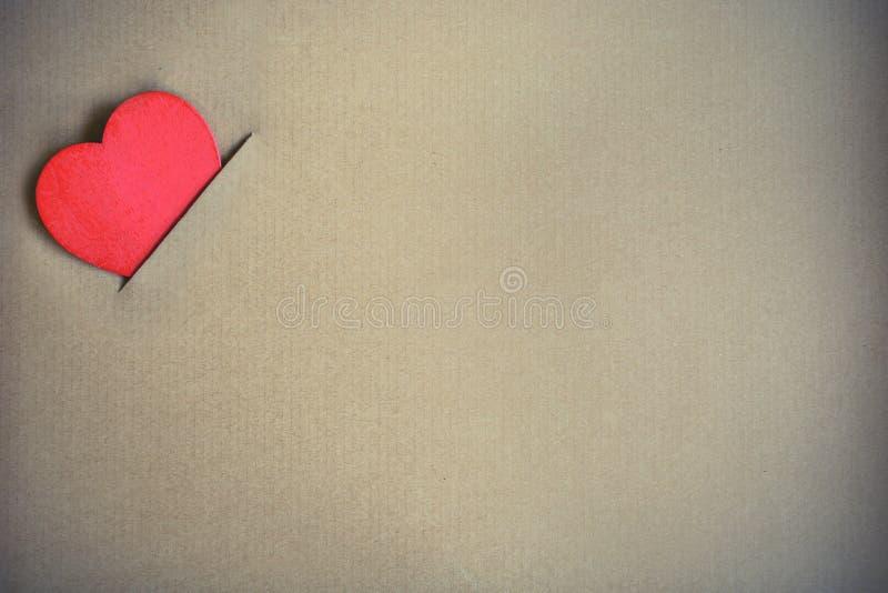 Röd hjärtaform med brun papp royaltyfria foton