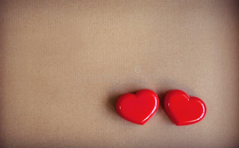 Röd hjärtaform med brun papp royaltyfria bilder