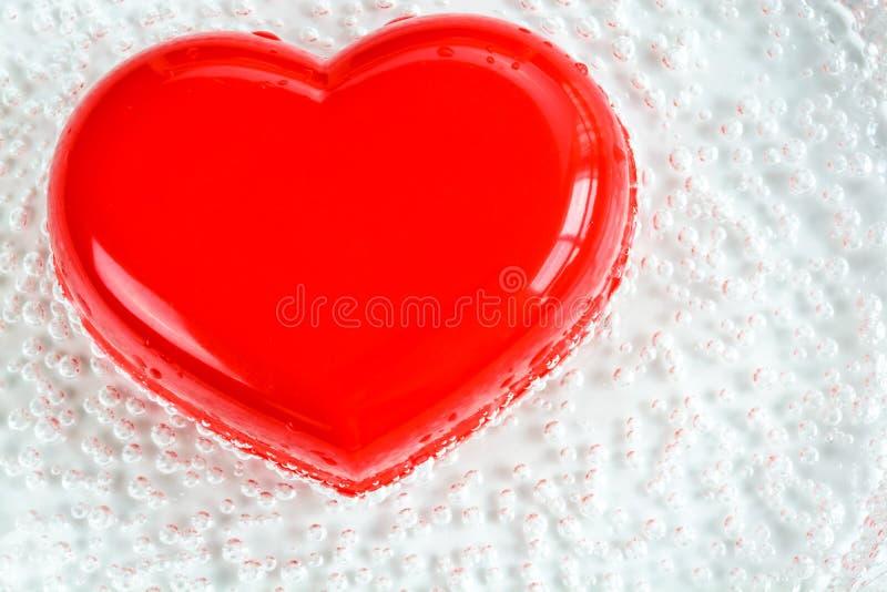 Röd hjärtaform med bubblan arkivfoton