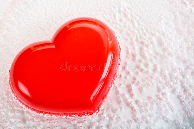 Röd hjärtaform med bubblan royaltyfria bilder