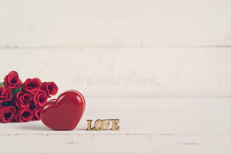 Röd hjärtaform med ord royaltyfria bilder