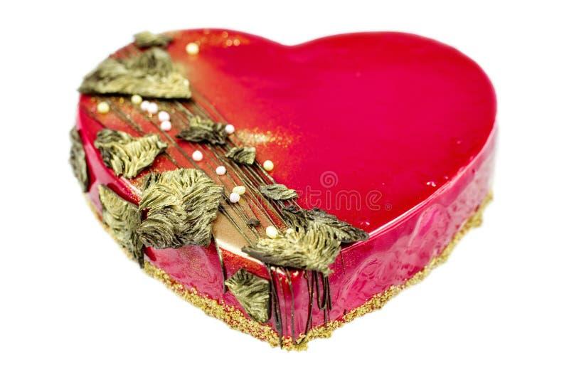 Röd hjärtakaka på vit royaltyfri fotografi