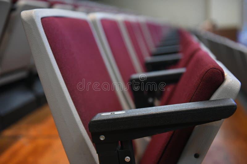 Röd hopfällbar stol i mötesrummet royaltyfri foto