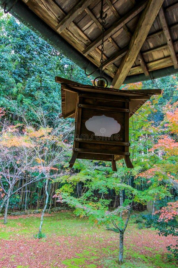 Röd inre Kotoin för blad och för tak tempel, Kyoto royaltyfri fotografi