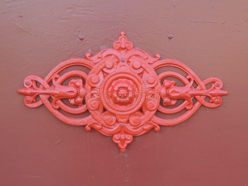 Röd Ironwork på en dörr royaltyfria bilder