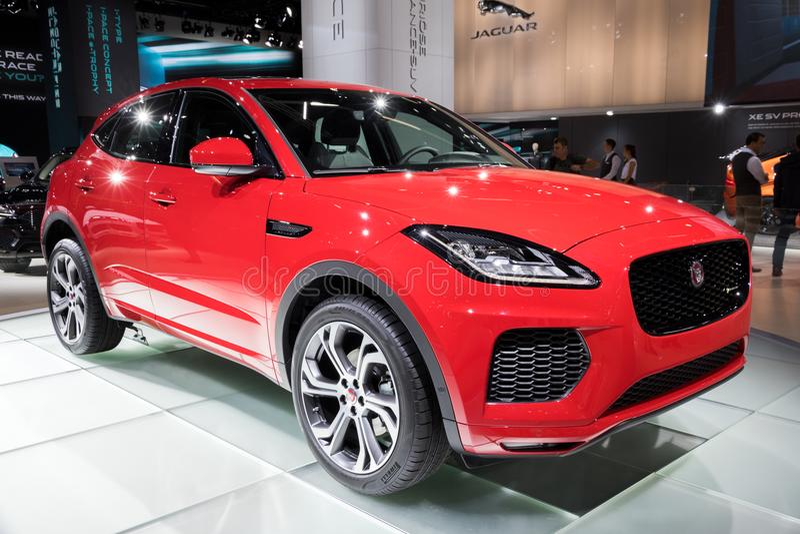Röd Jaguar E-hastighet SUV bil fotografering för bildbyråer