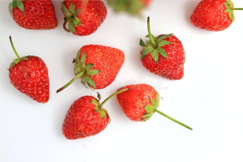 Röd jordgubbe på vit bakgrund arkivfoton