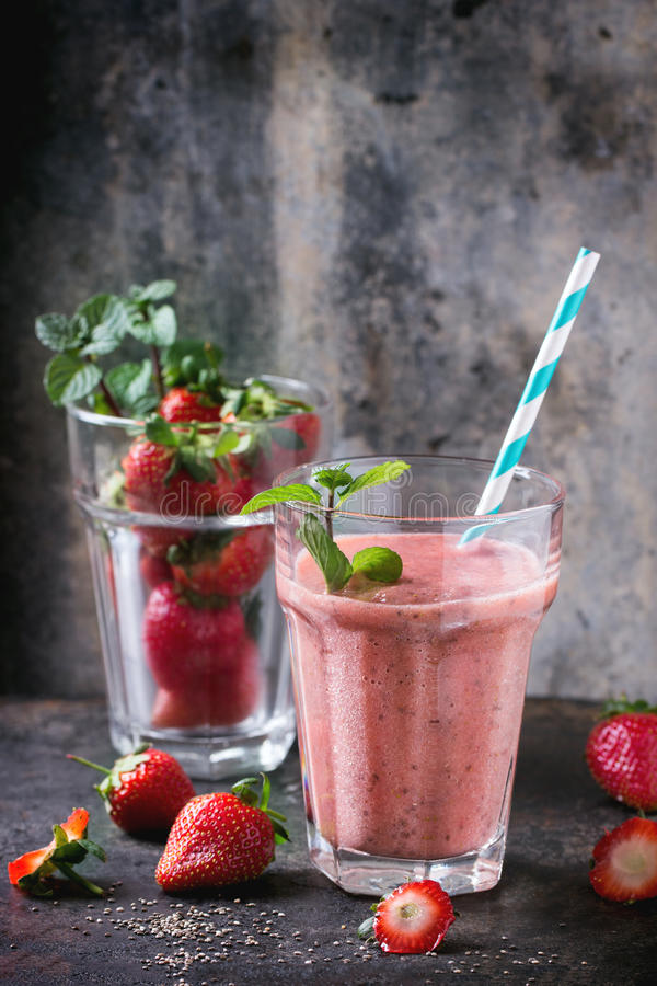 Röd jordgubbesmoothie royaltyfri fotografi