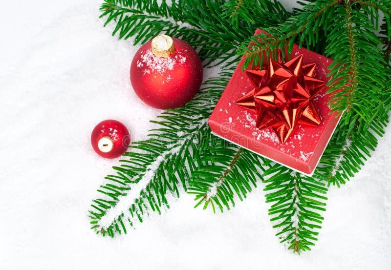 Röd julboll med gåvan arkivbild