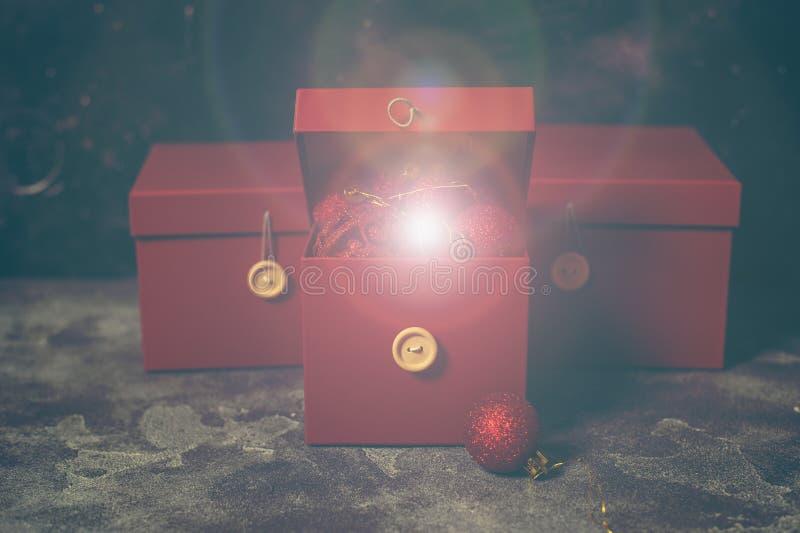 Röd julgåvaask med guld- magiska ljus stock illustrationer