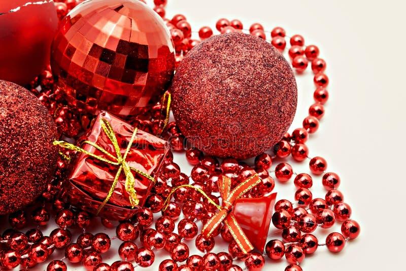röd julgarnering, klumpa ihop sig, pärlor, nära för klocka som isoleras upp fotografering för bildbyråer