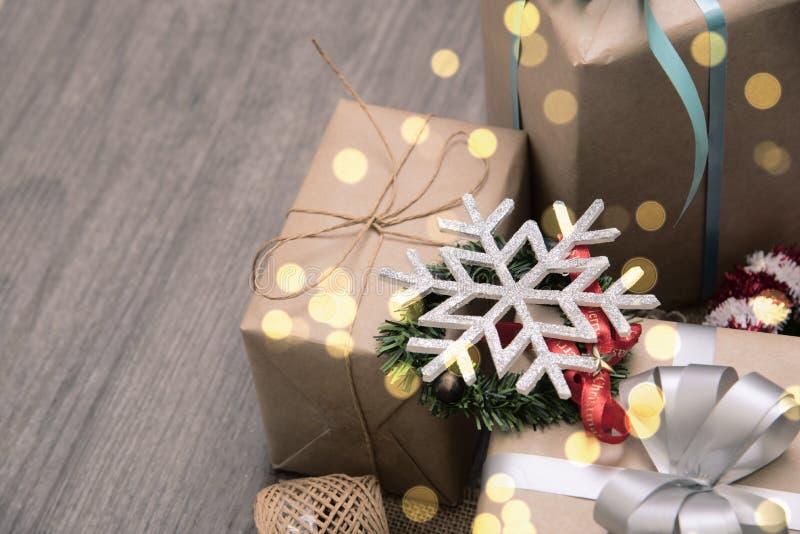 Röd julklappgåva och dekorerat lantligt lagt på trätabellbakgrund royaltyfri foto