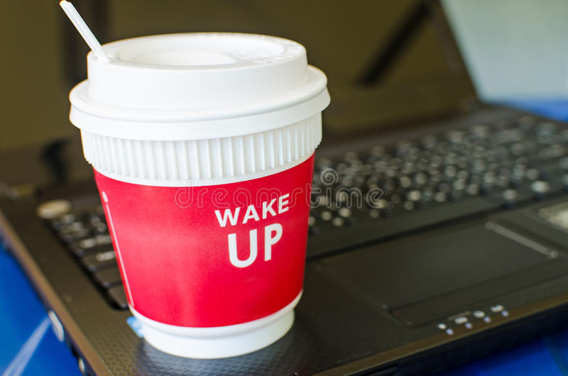 Röd kaffekopp på bärbara datorn royaltyfria foton
