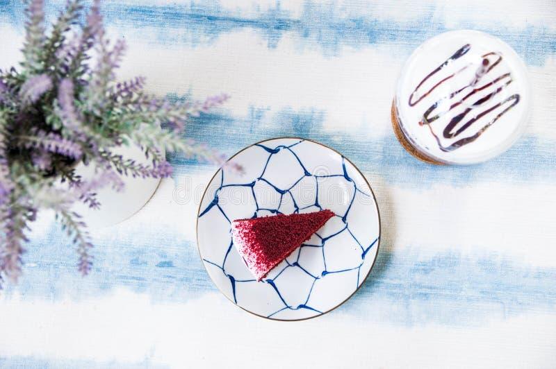 Röd kaka som förläggas på en vit platta royaltyfria foton